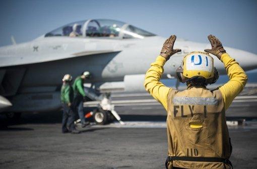 US-Flugzeuge werfen Waffen ab