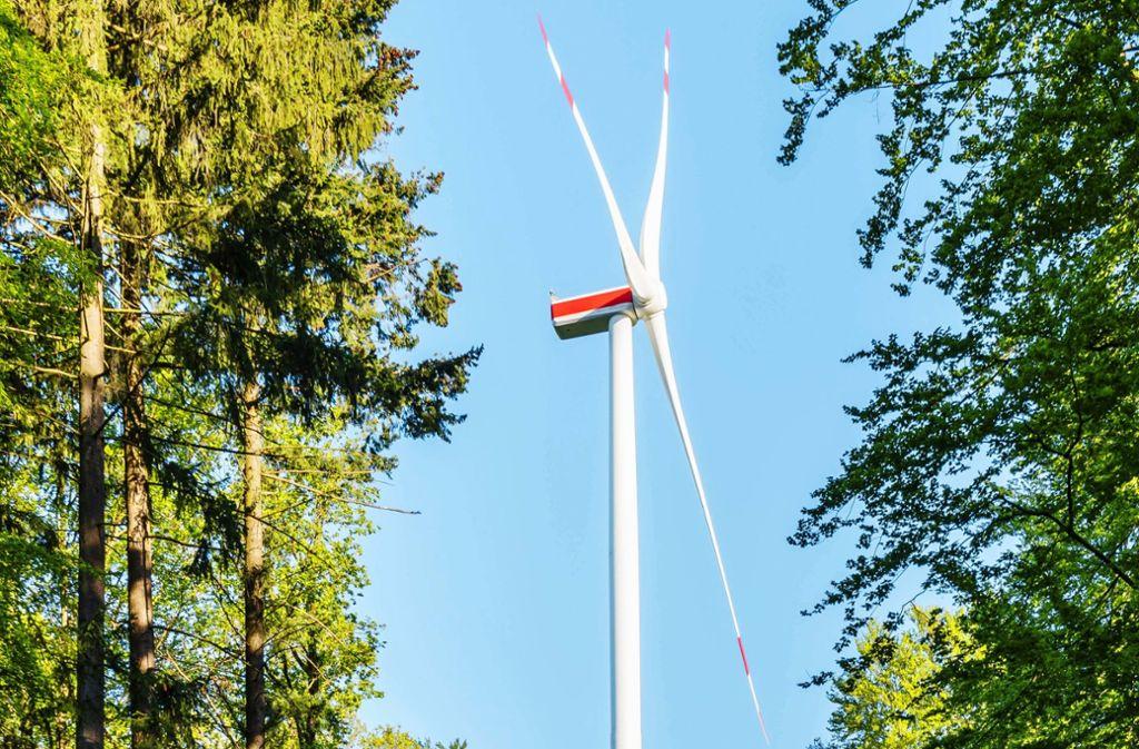 Der Bau neuer Windkraftanlagen ist ins Stocken geraten. Sie werden aber nach Ansicht von Experten dringend gebraucht, um die Emissionen weiter zu verringern. Foto: imago//Stefan Schurr