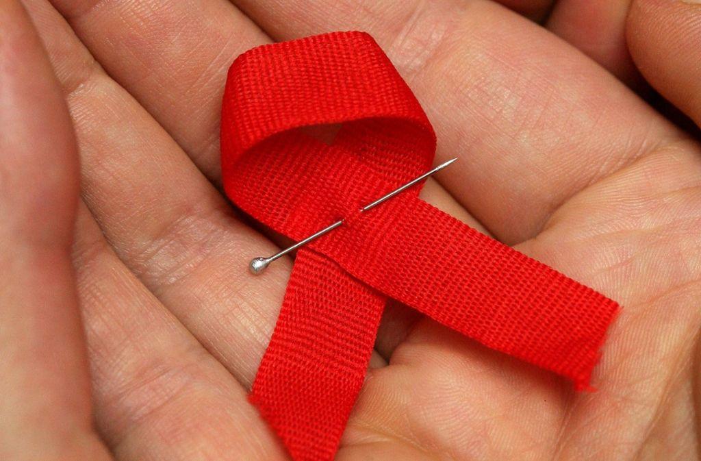 Die rote Schleife ist weltweit ein Symbol für die Solidarität mit Menschen, die HIV positiv sind. So wie Dieter Stammkötter, für den seit 60. Geburtstag ein kleines Wunder ist. Foto: dpa
