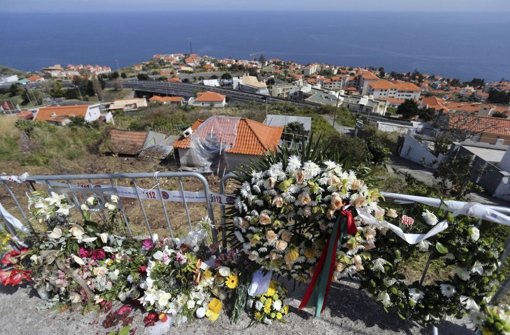 An der Unfallstelle liegen Blumen in Gedenken an das Busunglück. Foto: AP