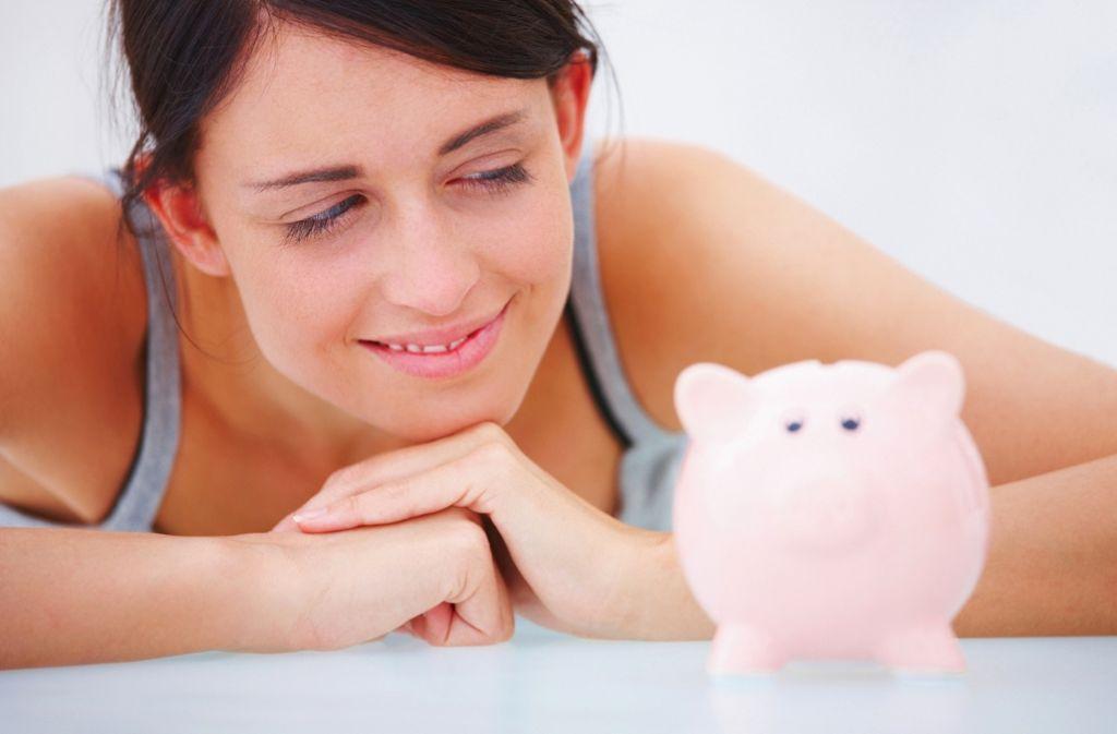"""Weil sie öfter berufstätig sind, stehen Frauen heute häufiger vor der Frage: """"Wohin mit dem Geld?"""" Foto: dpa"""