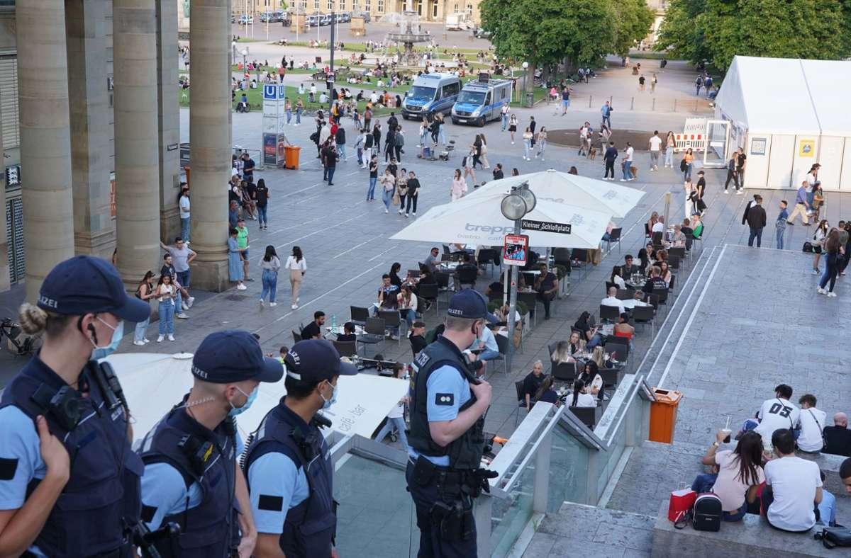Polizeiaufgebot an der Freitreppe auf dem Stuttgarter Schlossplatz. Foto: dpa/Andreas Rosar