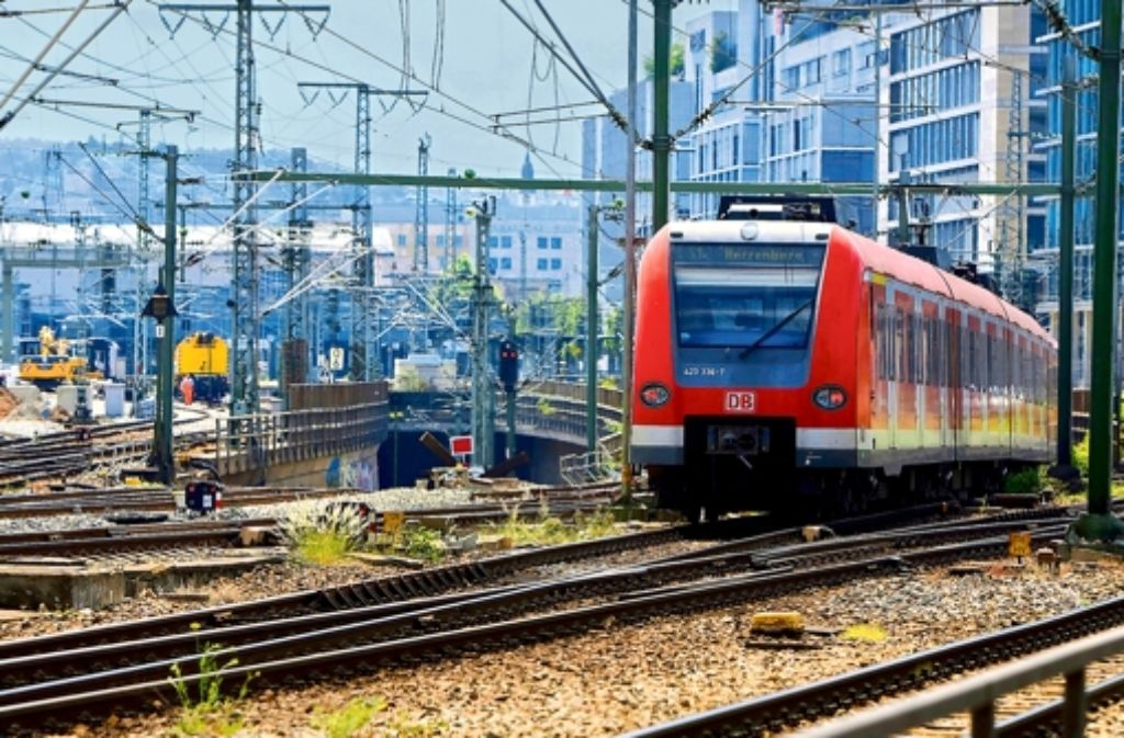 Die Deutsche Bahn bessert ihre neuen S-Bahn-Züge in Stuttgart nach. Foto: dpa