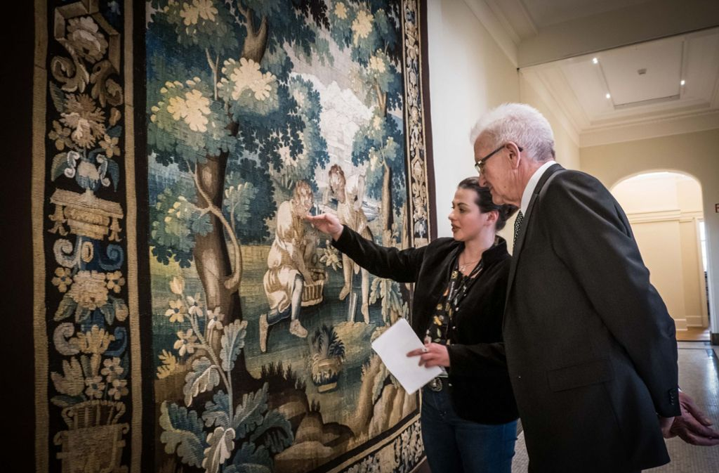 Oberkonservatorin Patricia Peschel und Ministerpräsident Winfried Kretschmann vor einer der beschädigten Tapisserien. Foto: Lichtgut/Achim Zweygarth