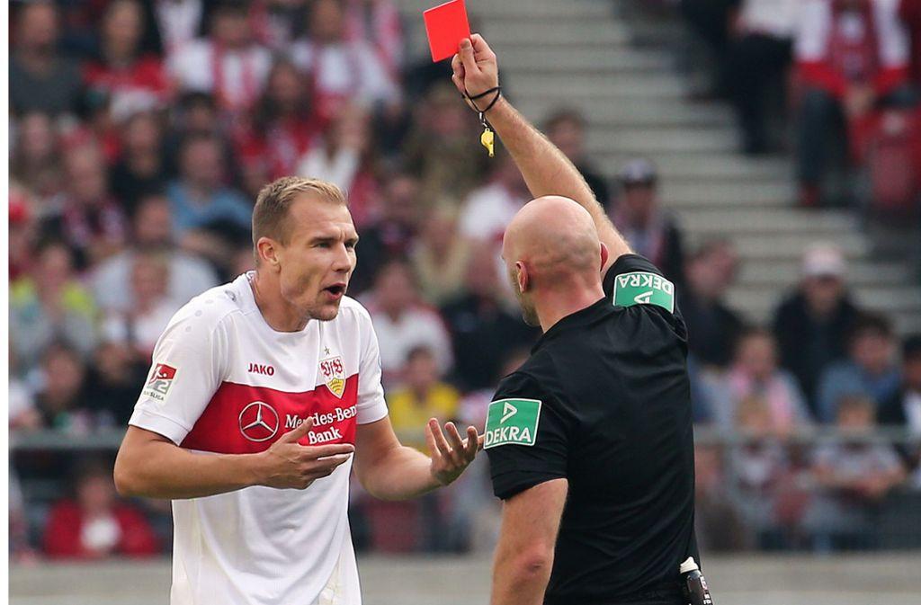Holger Badstuber sieht im Hinspiel gegen Kiel in der 53. Minute die Gelb-Rote Karte – der Anfang vom Ende für den VfB. Foto: Baumann