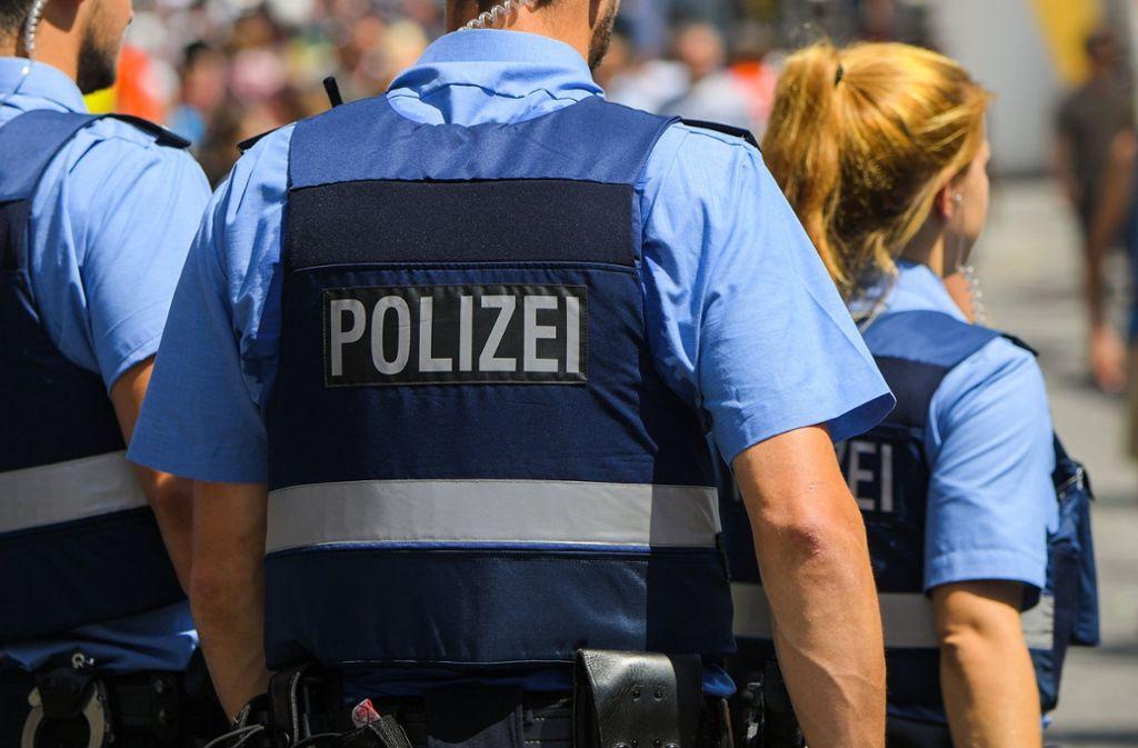 Polizisten haben auf einem Stuttgarter Flohmarkt Kontrollen durchgeführt. (Symbolbild) Foto: dpa