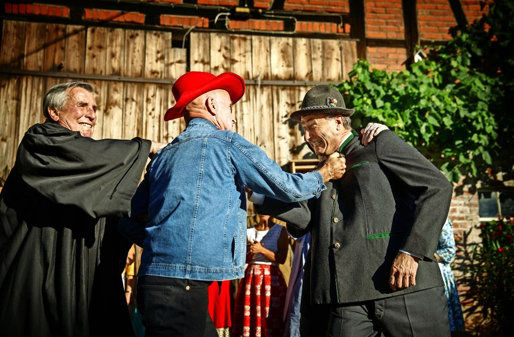 Familienkrach vor idyllischer Dorfkulisse: die Brüder Hans, mit Cowboyhut, und Karl gehen sich an den Kragen. Foto: Gottfried Stoppel