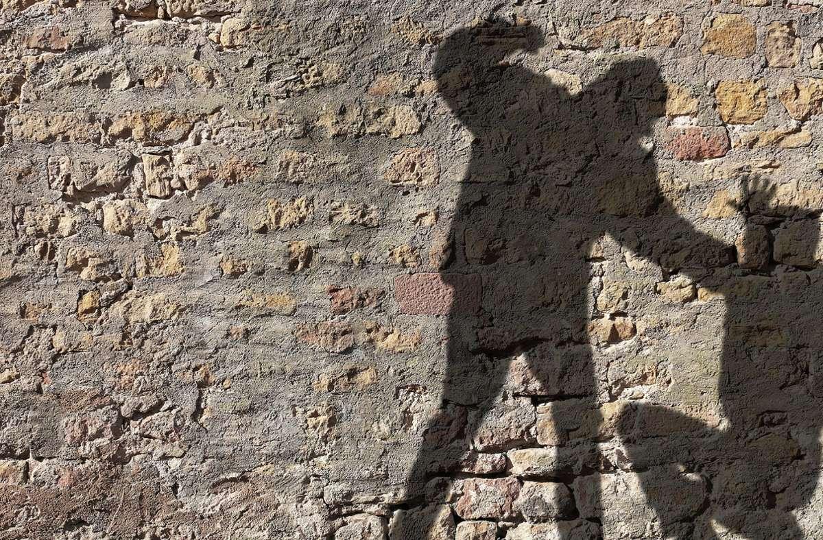 Der Mann ließ die Seniorin auf dem Boden zurück. (Symbolbild) Foto: Jonathan Stutz - stock.adobe.com
