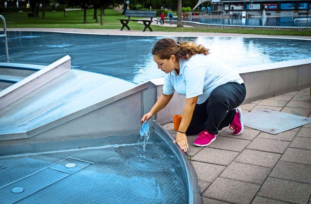 Nicht nur vor der morgendlichen Badöffnung, sondern auch während des Betriebs überprüfen die Badmitarbeiter die Wasserqualität. Foto: Lichtgut/Achim Zweygarth