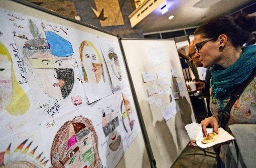 Eine Besucherin betrachtet beim Kulturabend die Ergebnisse der Aktionswoche. Foto: Lg/Ecker