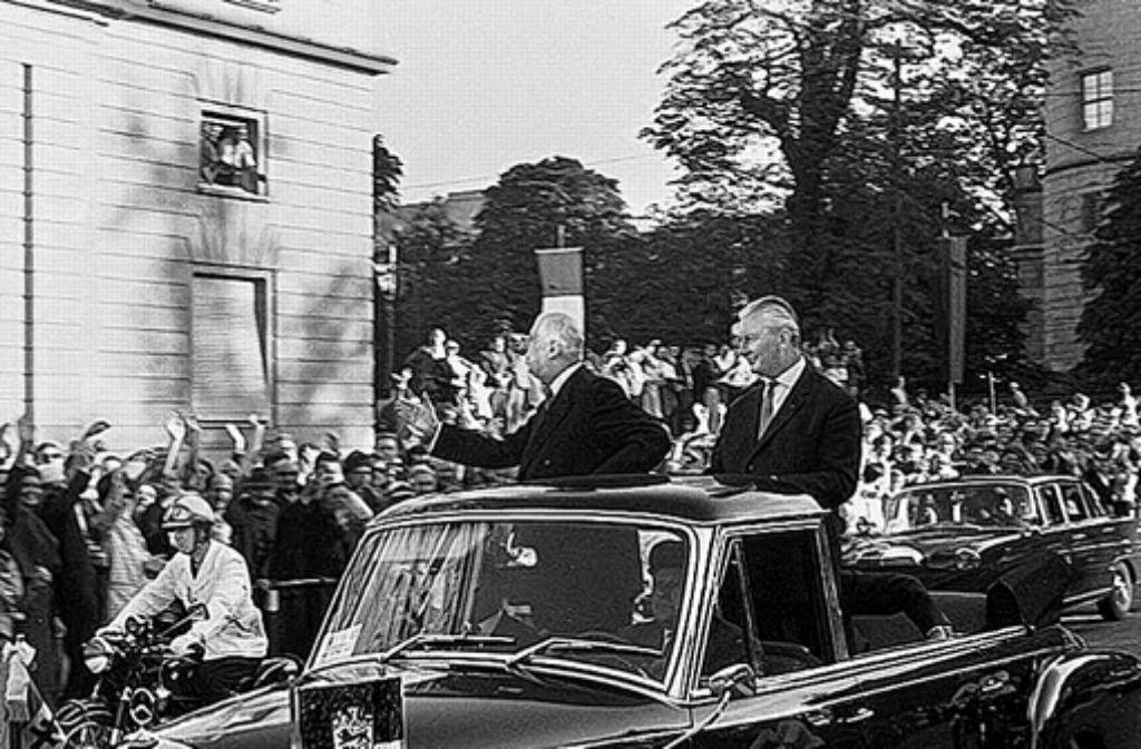Charles de Gaulle und Kurt Georg Kiesinger auf der Fahrt durch Stuttgart Foto: Gramm