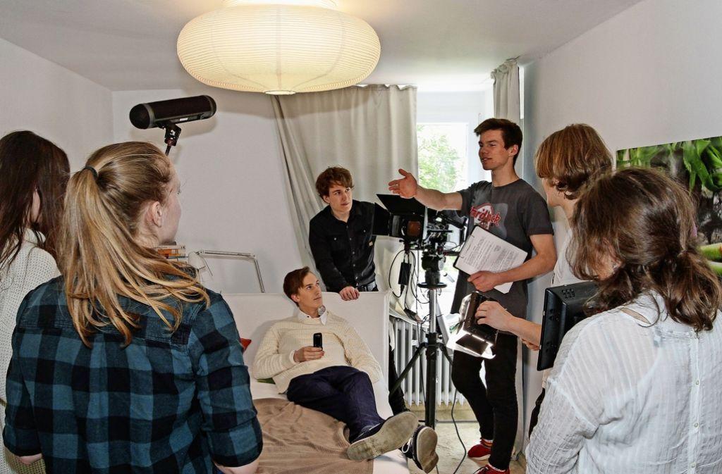 Der 16-jährige Filmemacher Franz Böhm gibt bei einem Dreh Anweisungen. Böhm ist der Sohn des ehemaligen Geschäftsführers eines bekannten Feinkosthändlers Foto: factum/Bach