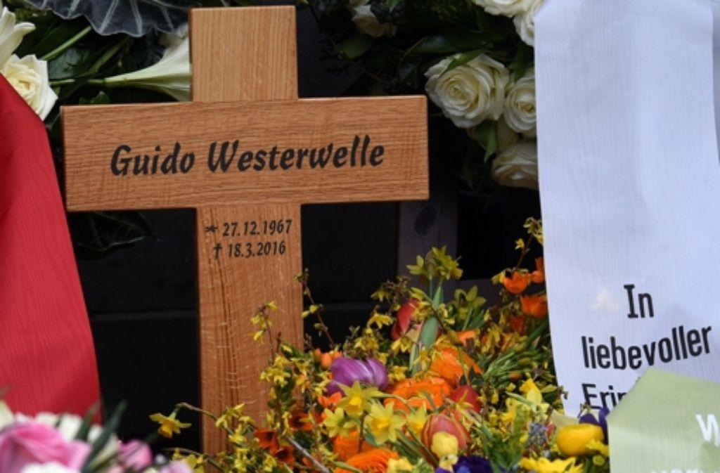 Auf der Inschrift des Holzkreuzes wurde Guido Westerwelle um sechs Jahre jünger gemacht. Foto: dpa