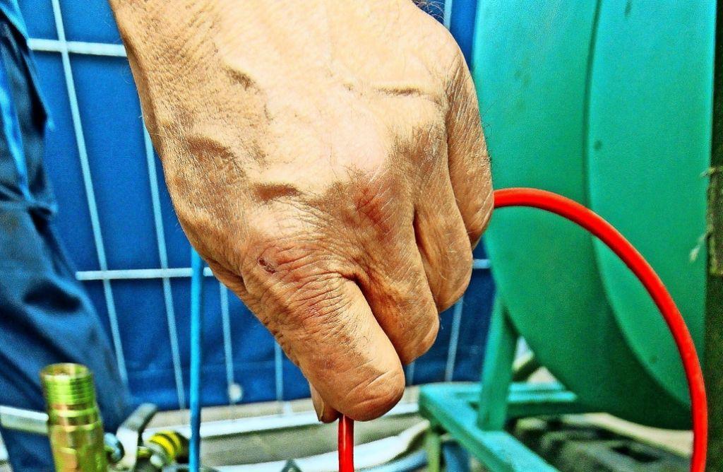 Mit einer ausgeklügeltenTechnik und Druckluft werden die Löcher saniert.Foto:factum/Granville Foto: