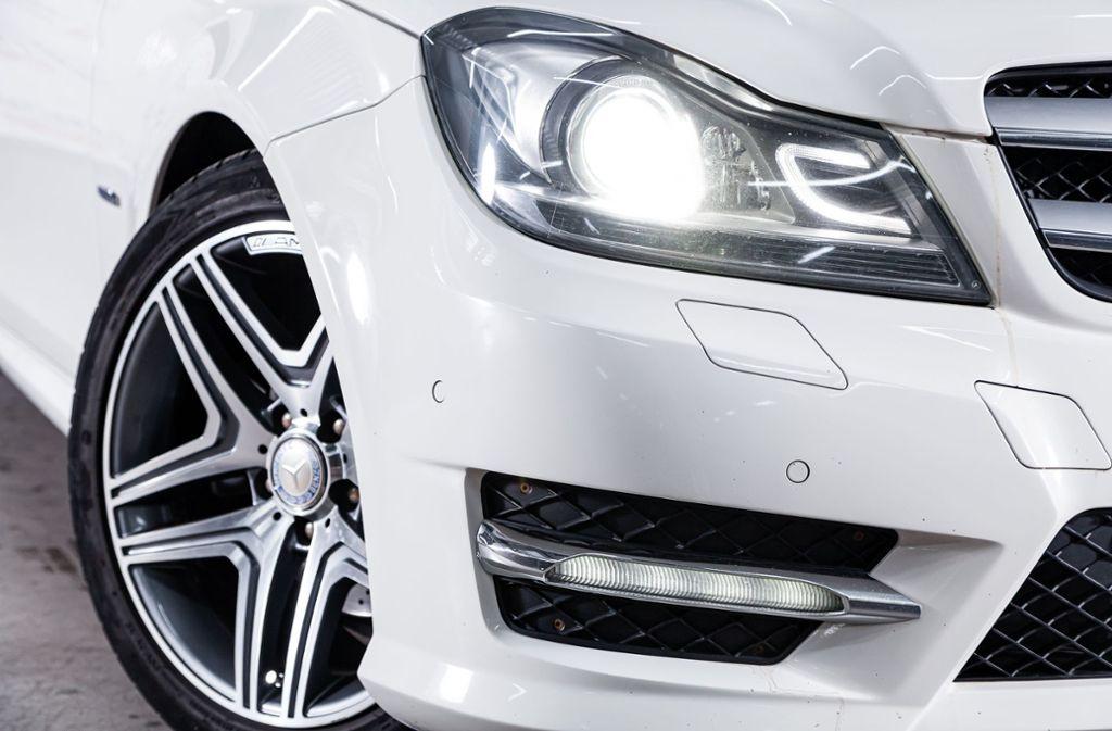 In Kernen-Rommelshausen ist eine weiße Mercedes C-Klasse gestohlen worden. (Symbolbild) Foto: Shutterstock/Everyonephoto Studio