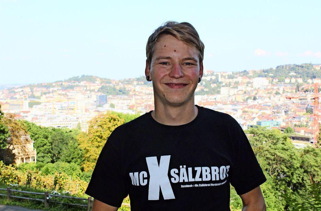 Dennis Strobel macht unter dem Namen MC Xsälzbrot Rapmusik und hat eine Umfrage über die Uni-Mensa am Campus Vaihingen in eines seiner Lieder eingebaut. Foto: Tilman Baur