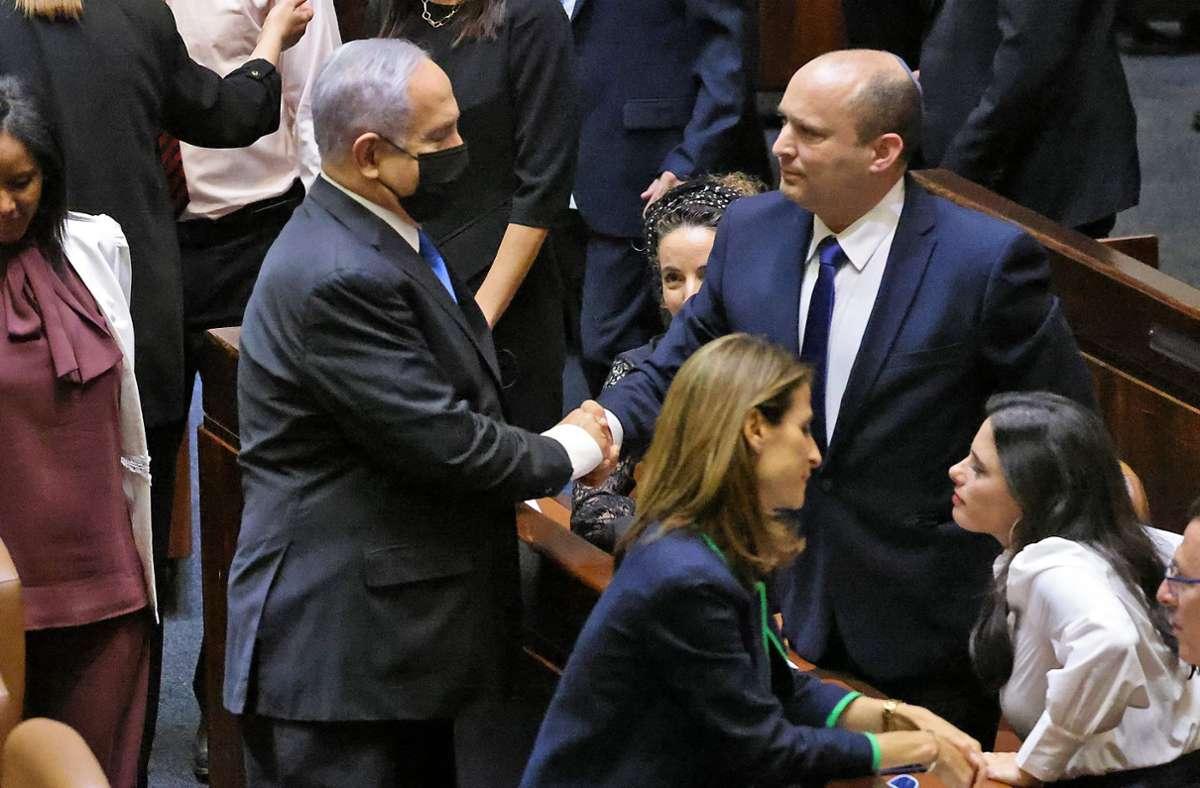 Handschlag zwischen Rivalen: Der scheidende Ministerpräsident Benjamin Netanjahu (links) gratuliert seinem Nachfolge Naftali Bennett Foto: AFP/Emmanuel Dunand