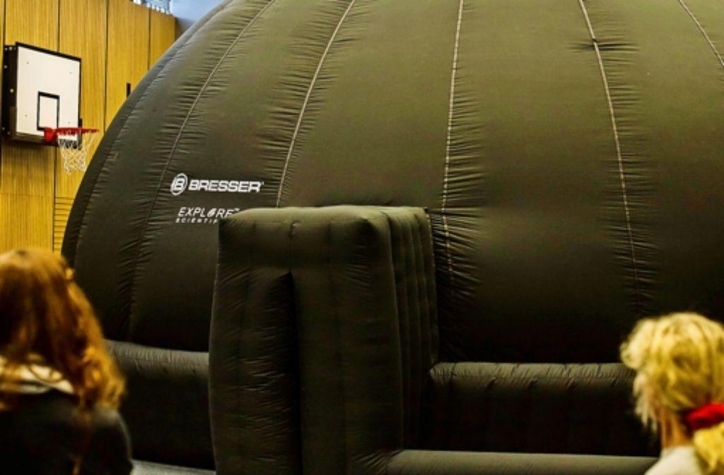 Sternenkunde statt Sportunterricht: Das Planetarium hat in der Turnhalle Platz.Foto:Lichtgut/Max Kovalenko Foto: