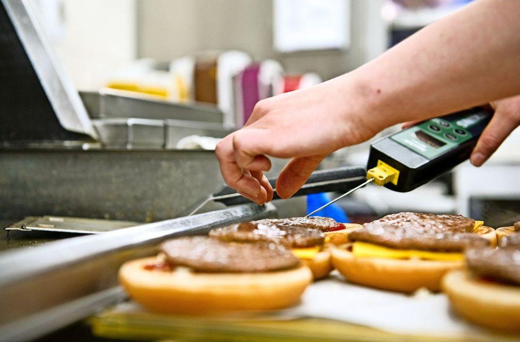 Mitarbeiter von Fastfood-Ketten wie McDonalds, Burger King und Co. bekommen künftig mehr Geld. Foto: dpa/Franziska Gabbert