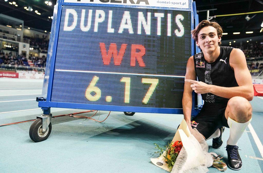 Stolz präsentiert Armand Duplantis seinen neuen Stabhochsprung-Weltrekord. Foto: dpa/Aleksandra Szmigiel