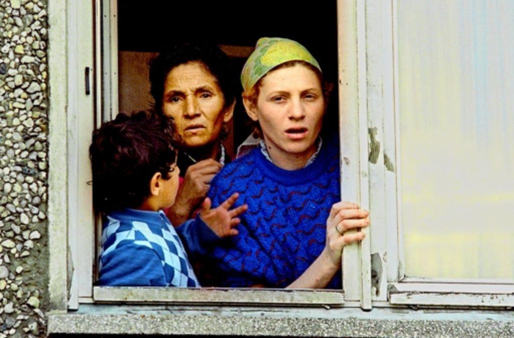 Die Angst der Bewohner war groß vor 22 Jahren. Tagelang wurde ein Asylbewerberheim in der Thomas-Müntzer-Straße in Hoyerswerda von Neonazis belagert. Im Januar soll in der Stadt wieder ein Asylbewerberheim eröffnet werden. Foto: dpa
