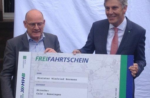 Der Calwer Landrat Helmut Riegger überreicht dem Verkehrsminister Winfried Hermann symbolisch die erste Fahrkarte. Foto: Binkowski