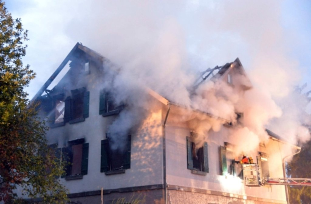 Ein Brand hat die geplante Flüchtlingsunterkunft in Weissach im Tal zerstört. Um fünf Uhr am Montag rückte die Feuerwehr aus, auch am Mittag brannten noch Glutnester. Foto: dpa