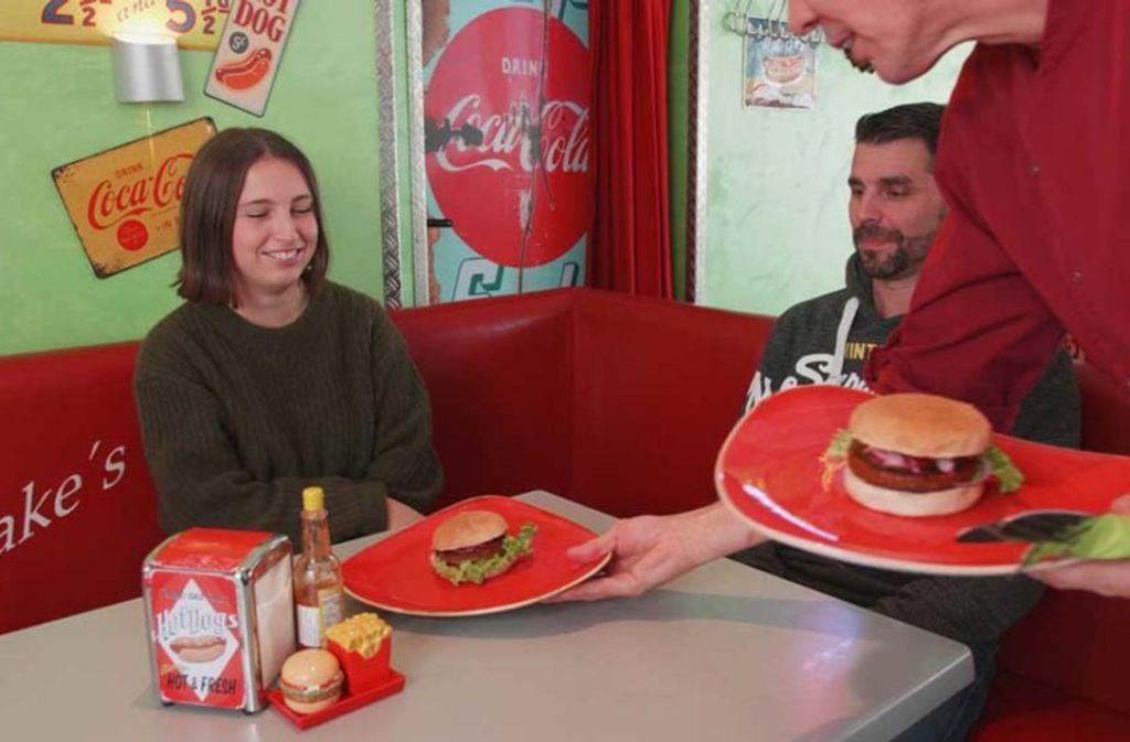 Die Testesser Bella und Sascha essen normalerweise nicht vegan, doch beim Burger-Test lassen sie sich gerne überraschen. Foto: red