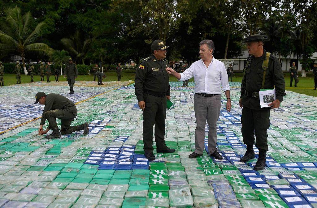 Der kolumbianische Präsident Juan Manuel Santos (Mitte) und General Jorge Nieto (links) stehen auf dem Kokainfund. Foto: colprensa