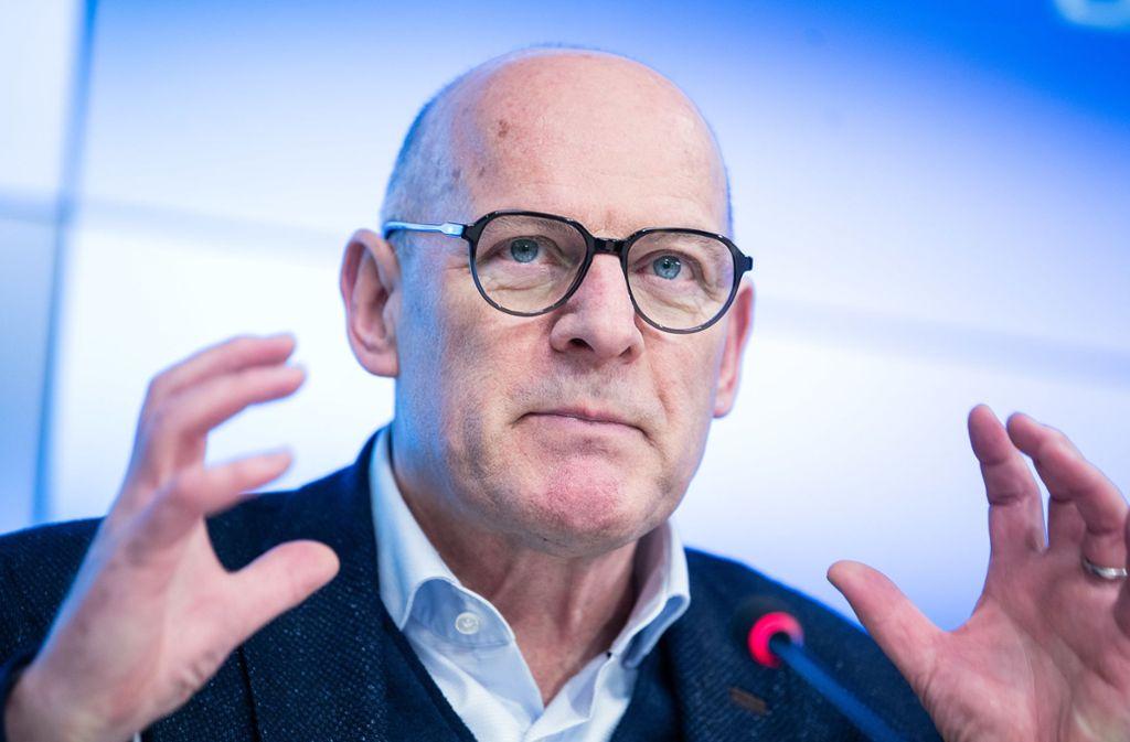 Verkehrsminister Winfried Hermann will das gerichtlich verhängte Zwangsgeld wegen mieser Luft in Stuttgart akzeptieren. Foto: dpa