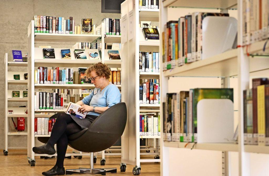 Im Sessel liest es sich gleich viel gemütlicher. Nur die Regale müssen noch vollständig beschriftet werden. Foto: factum/Granville