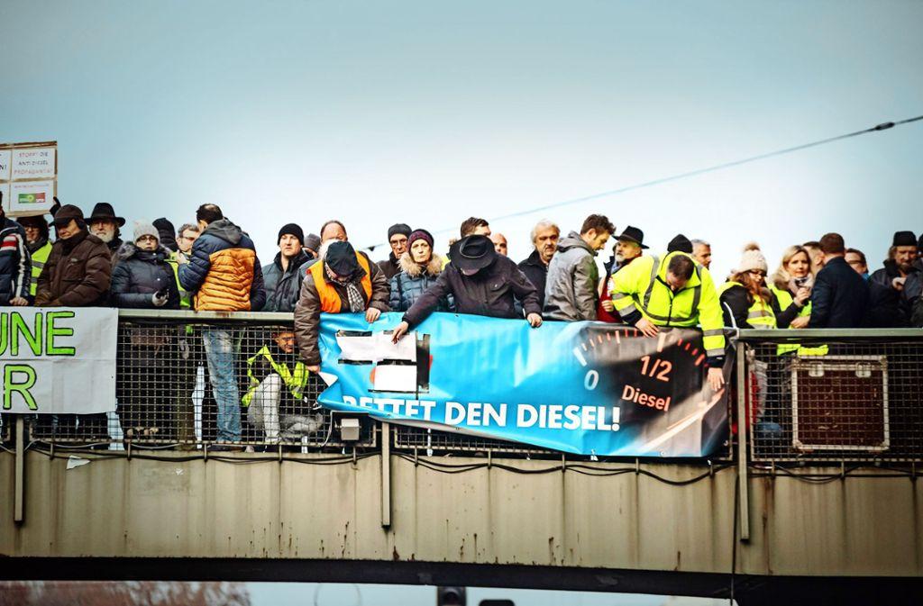 Bei der Anti-Fahrverbots-Demo mit 700 Teilnehmern am Samstag baten die Veranstalter darum, das AfD-Logo auf Transparenten abzukleben (Bild unten). Foto: Lichtgut/Julian Rettig