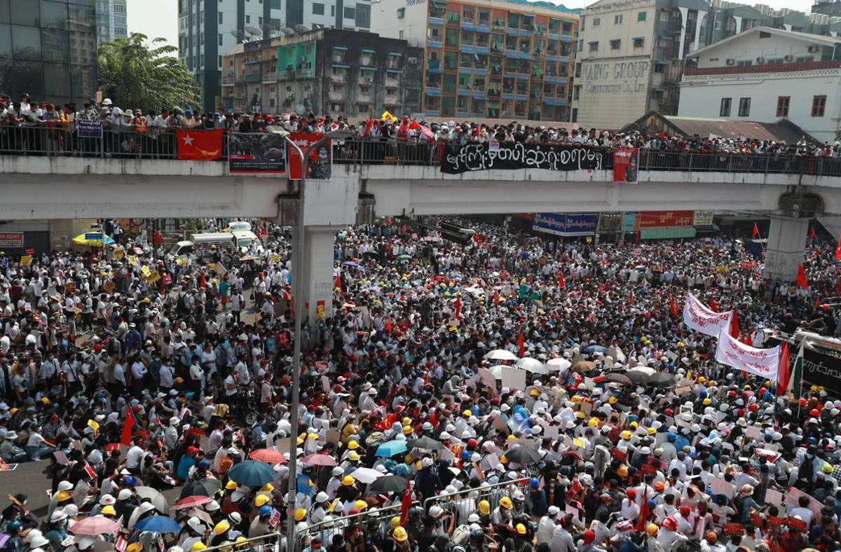 Im Rahmen eines Generalstreiks gingen Zehntausende Menschen auf die Straßen. Foto: dpa/Uncredited