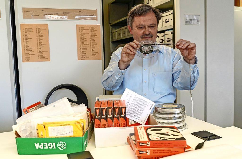 Klaus Herrmann sichtet Filme. Er hatte seit 1969 Kontakt mit dem Archivleiter Friedrich Schaffert (Foto rechts, 1978). Foto: factum/Bach, Archiv
