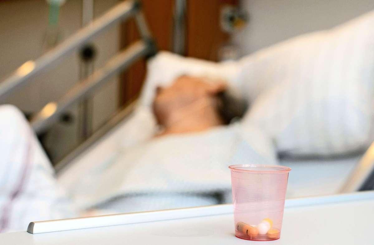 Schmerzstillende Medikamente stehen am Patientenbett auf einer Palliativstation in einem Krankenhaus. In Deutschland wird weiter über ein Gesetz zur Sterbehilfe diskutiert. Foto: epd/Werner Krueper