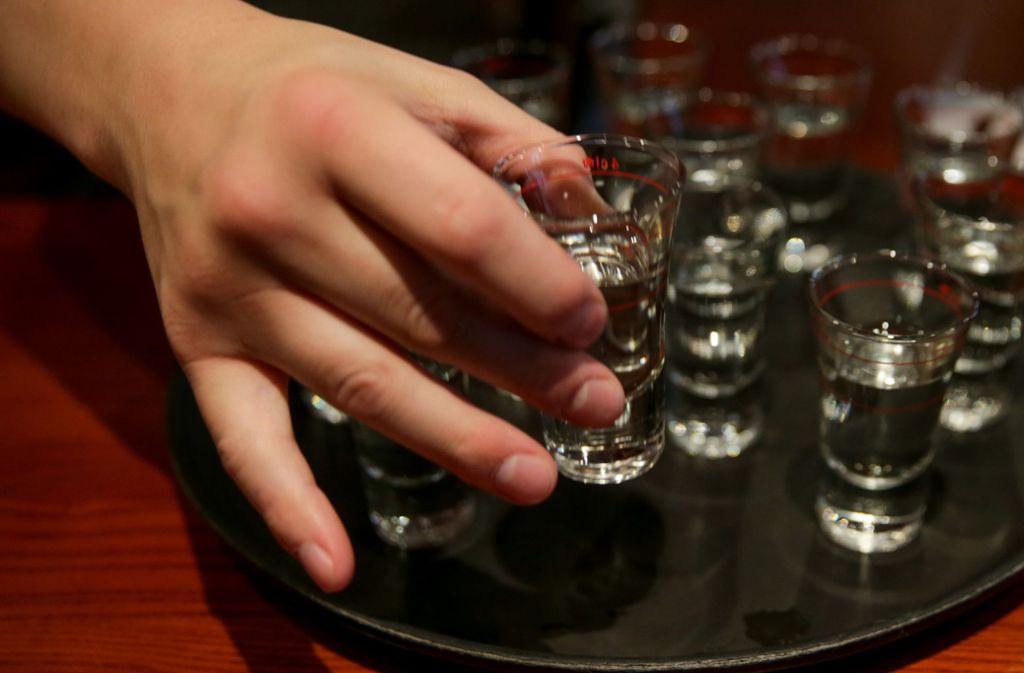 """Kleinwüchsige sollen auf dem """"Parookaville""""-Musikfestival in Weeze an einer Bar """"Kurze""""  – also Schnäpse  –  ausschenken (Symbolfoto). Foto: dpa"""