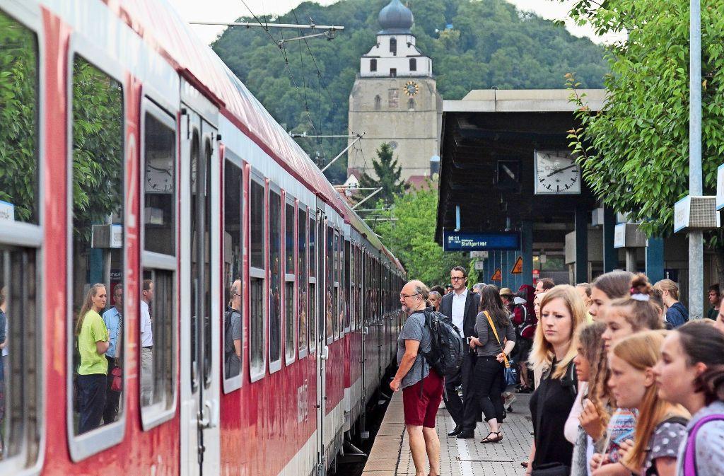 Kommt der Zug? Während der Ferien an Ostern, Pfingsten und im Sommer halten keine aus Stuttgart kommenden  Regionalzüge und S-Bahnen  im Bahnhof Herrenberg. Foto: factum/Archiv