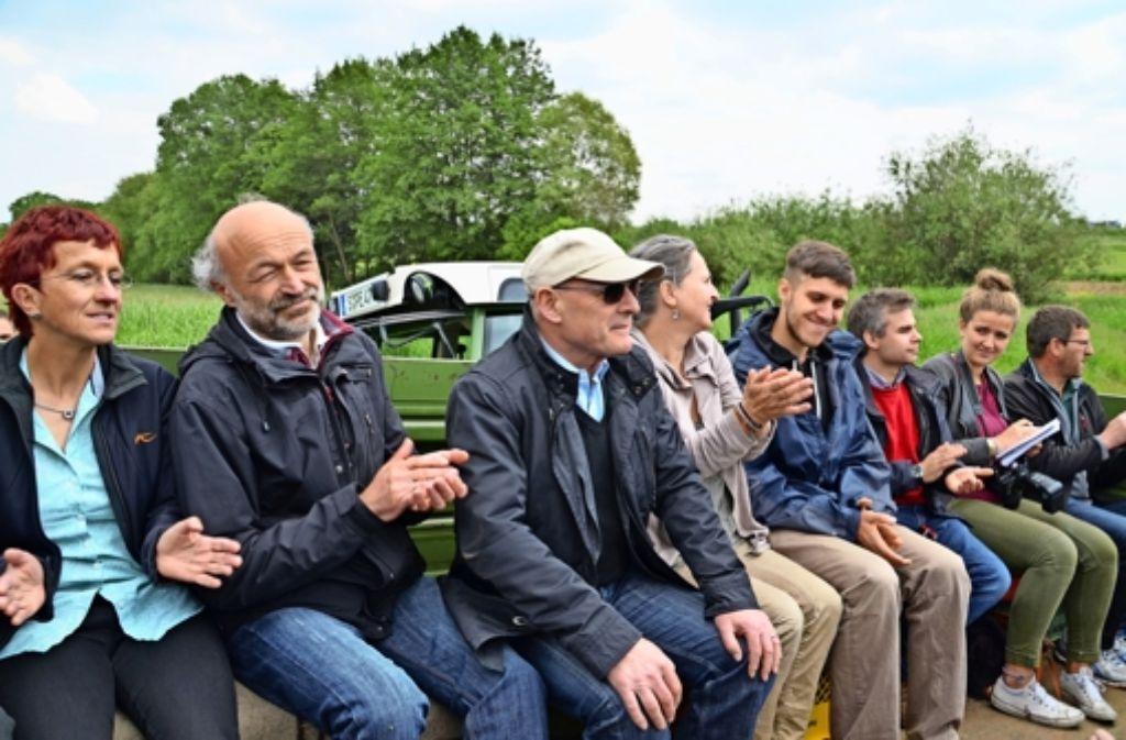 Verkehrsminister Winfried Hermann (mit Mütze und Sonnenbrille) begleitete die Felderrundfahrt des Landwirtschaftlichen Ortsvereins Plieningen. Foto: Sandra Hintermayr