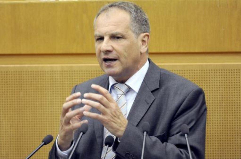 Innenminister Reinhold Gall will ein generelles Verbot von großkalibrigen Faustfeuerwaffen in privater Hand. Foto: dpa