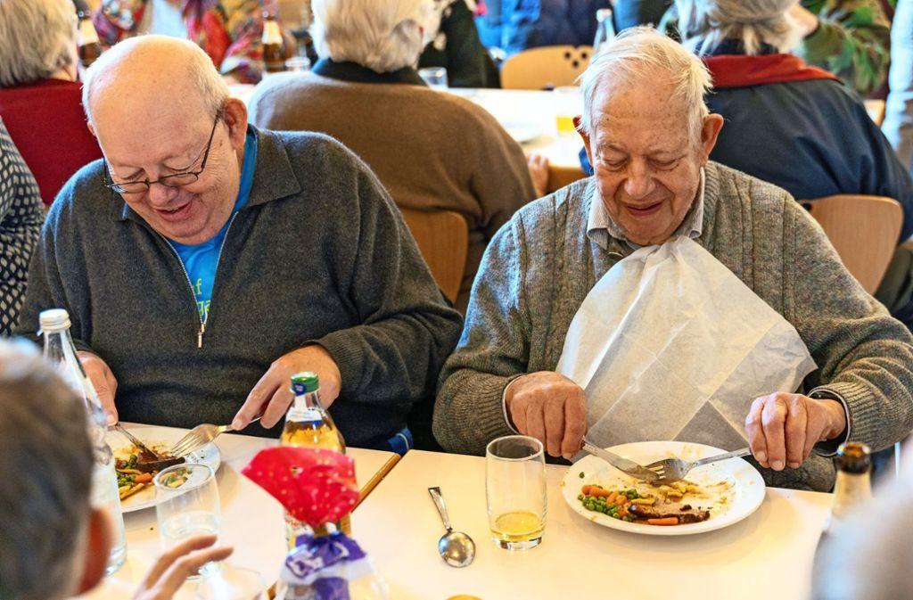 Wie man sieht, schmeckt der Braten samt Gemüse  auch diesen beiden Männern beim Ditzinger Winteressen. Foto: factum/Andreas Weise