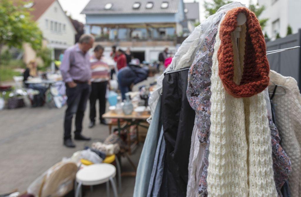 Trödel zu Schnäppchenpreisen und neue Kontakte gratis dazu, das hat es am Samstag beim ersten Hofflohmarkt in Bernhausen gegeben. Foto: Thomas Krämer