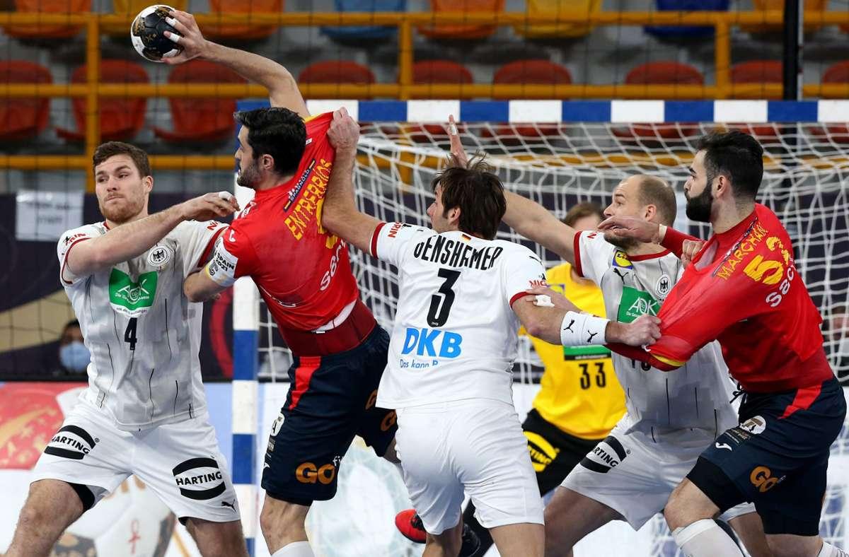 Die Handball-WM könnte für Deutschland nach der Niederlage vorbei sein. Foto: AFP/KHALED ELFIQI