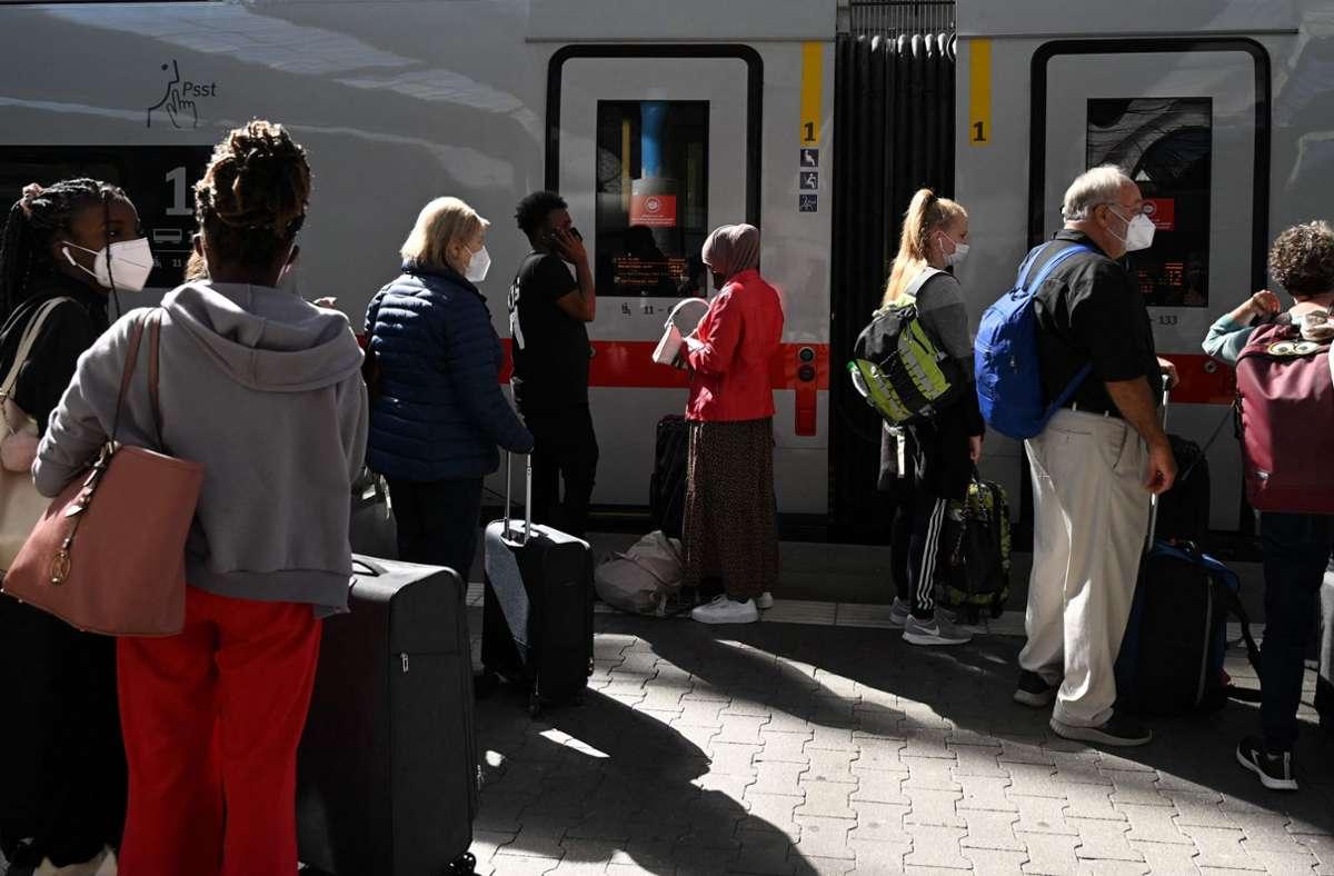 Im Bahnverkehr kommt es deutschlandweit weiter zu Einschränkungen. Foto: AFP/CHRISTOF STACHE