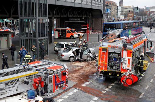 Auto rast gegen Stadtrundfahrt-Bus