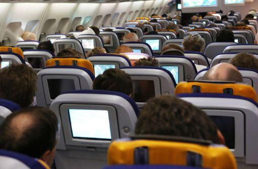 Flugpassagier verwechselt Flugzeugtür mit Toilettentür