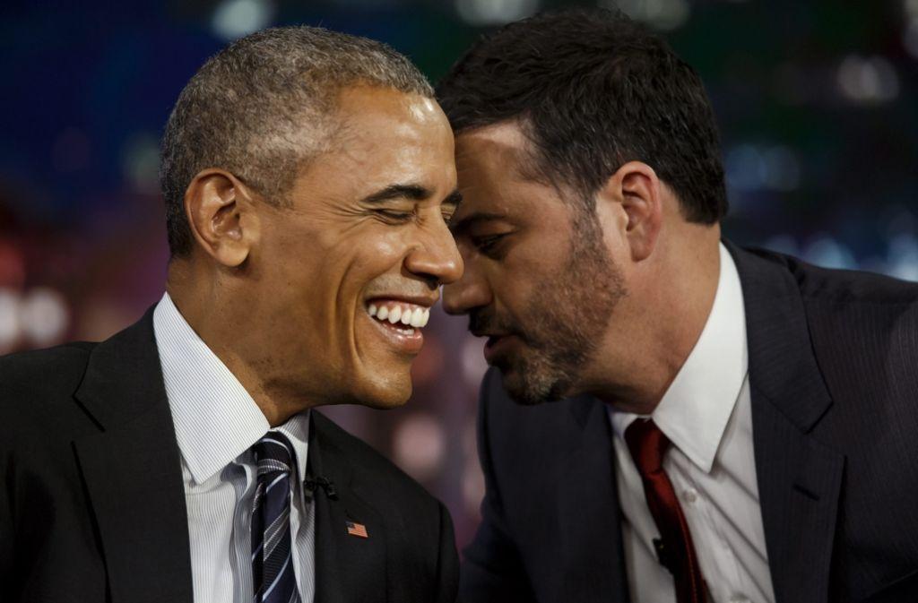 Hatten viel Spaß in einer Sendung miteinander: US-Präsident Barack Obama und Talkmaster Jimmy Kimmel. Obama las in der Show gemeine Tweets über sich vor. Foto: dpa