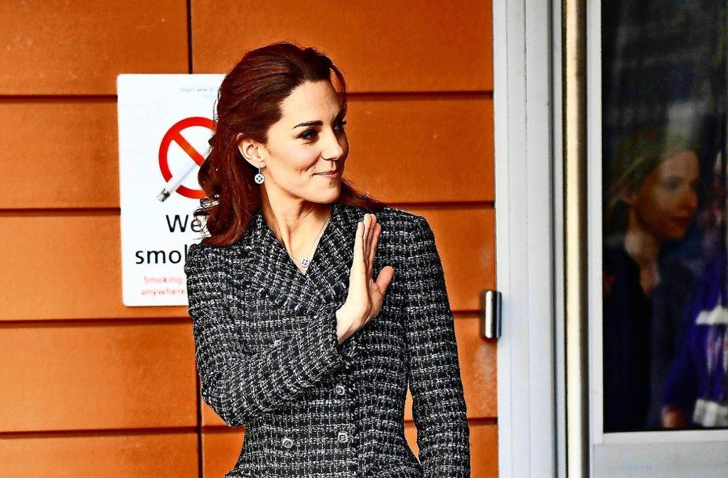 Winke, winke: Herzogin Kate nach einem Besuch in einem Kinderkrankenhaus in London. Foto: AFP/BEN STANSALL