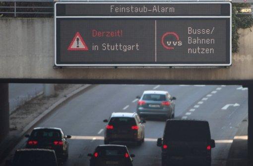 In Stuttgart rollt der Verkehr trotz des Feinstaubalarms. Foto: dpa