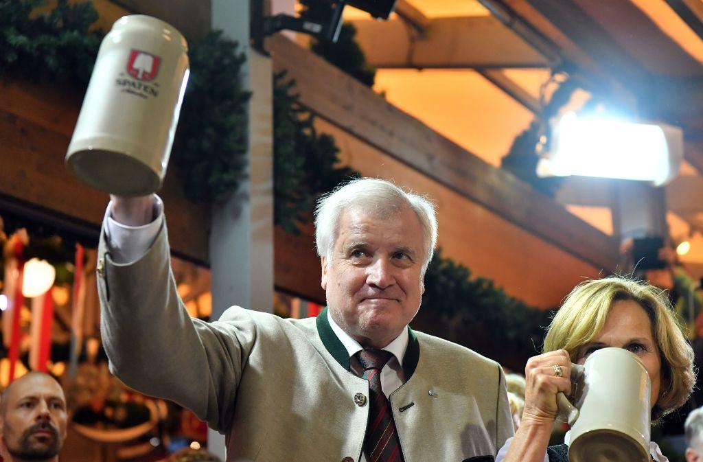 Immer für  eine Schnapsidee zu haben: Bayerns Ministerpräsident Horst Seehofer auf der Wiesn. Foto: Getty