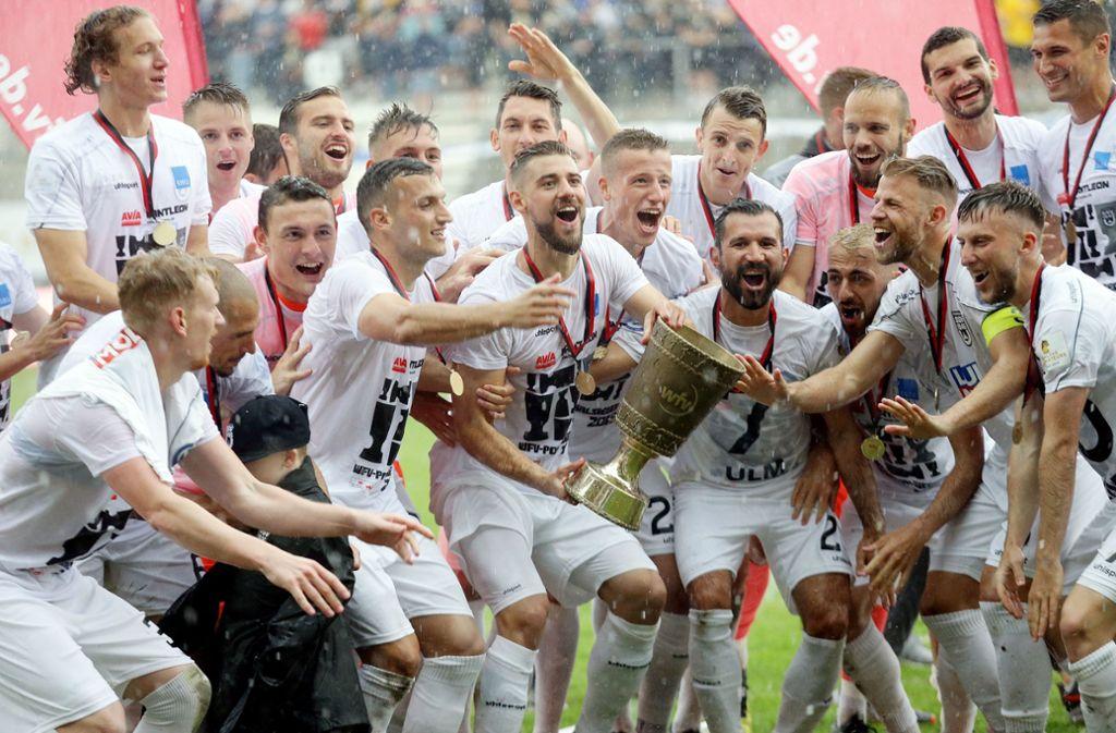 So sieht ein optimaler Saisonabschluss aus: Die Ulmer Spatzen holen den WFV-Pokal –  und dann geht's ab nach Mallorca. Foto: Baumann